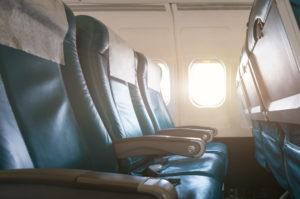 Asientos de avión vacíos